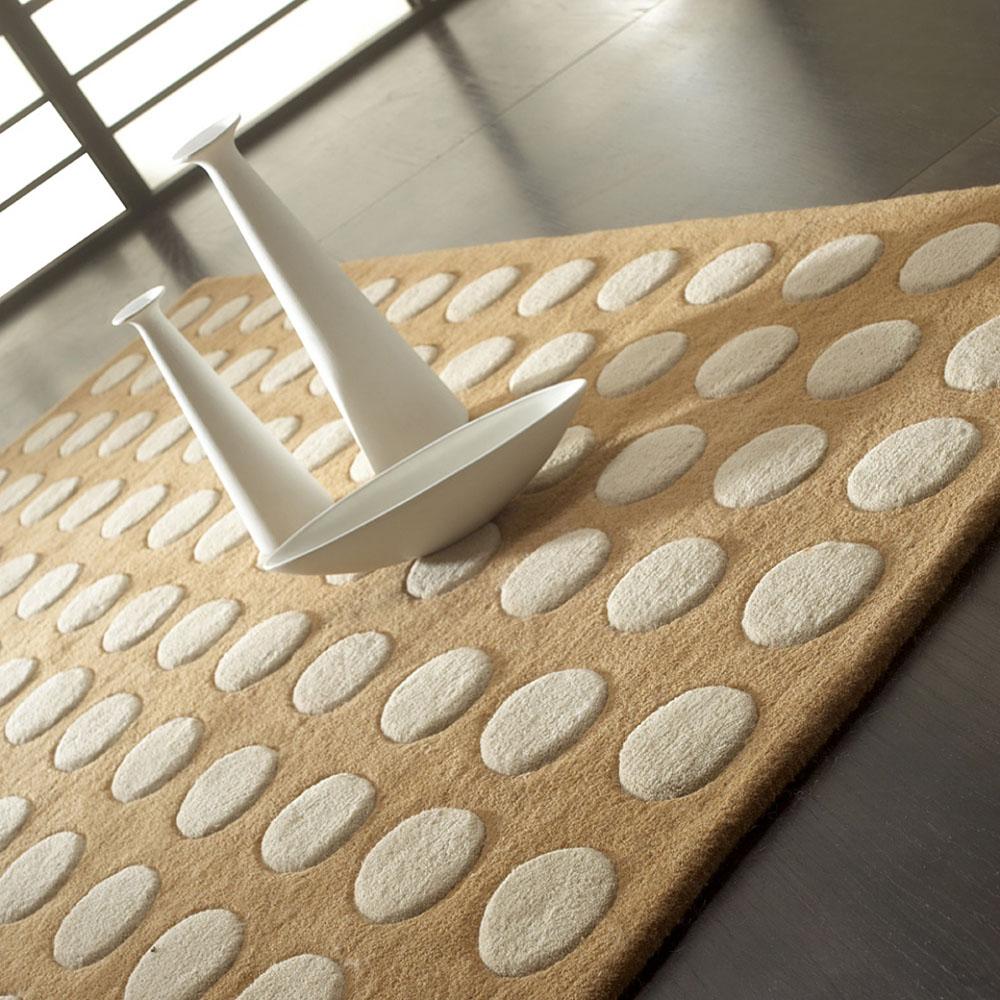tapis pompons beige carving 140x200. Black Bedroom Furniture Sets. Home Design Ideas
