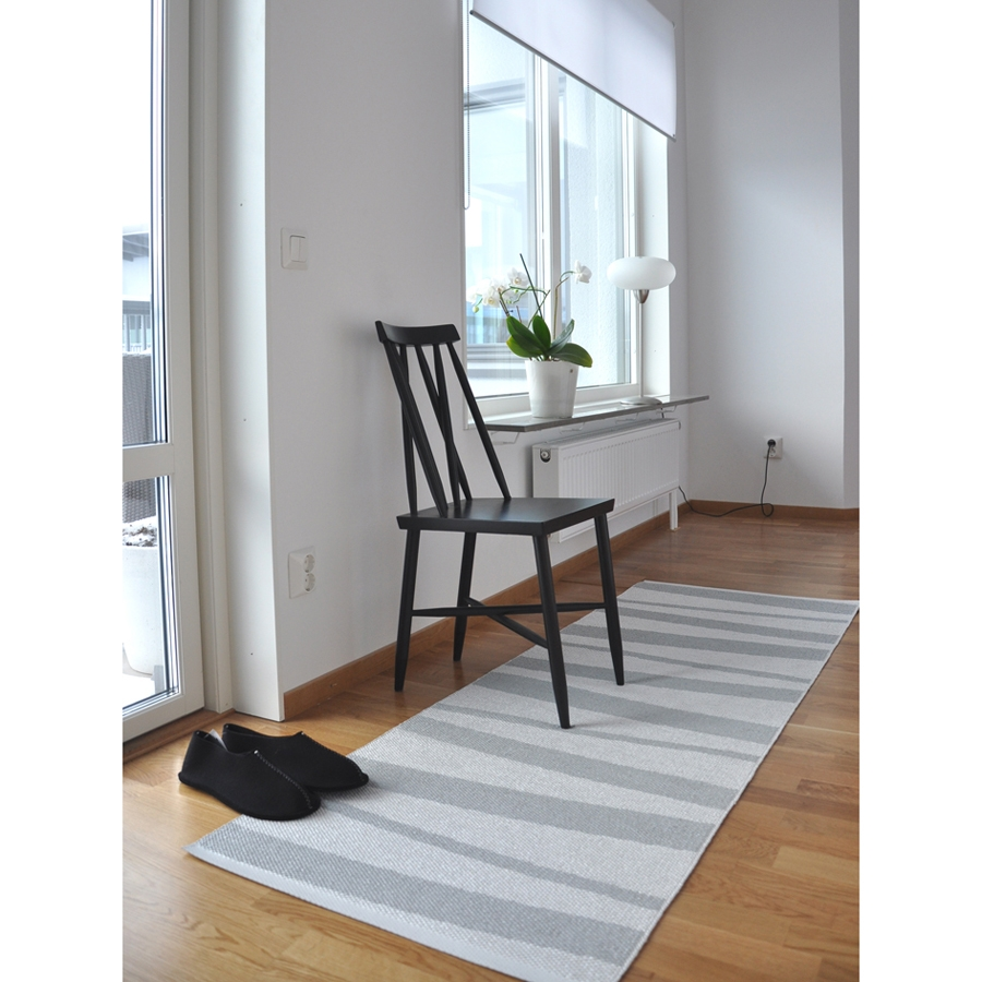 Tapis de couloir are ray gris et blanc sofie sjostrom for Couloir blanc et gris